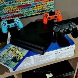 Título do anúncio: PS4 Slim 1TB + 3 Controles + Jogo