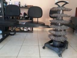 Cadeiras e estante de esmaltes.
