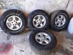 Roda com pneus  s10 em ótimo estado