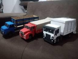 Caminhões em Miniaturas De Papelao.