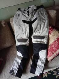 Calça para motociclista