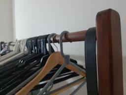 Arara de roupa em madeira de lei
