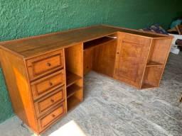 Título do anúncio: Escrivaninha de madeira com gavetas, prateleiras e porta