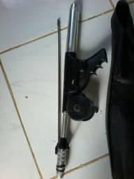 Arma de pesca e pé de pato.