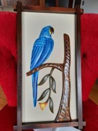 Título do anúncio: Lindo quadro artesanato madeira entalalhada a mão de arara azul