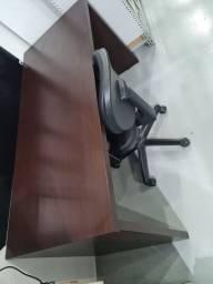 Mesa, cadeira e armário baixo