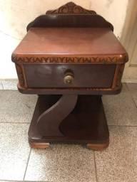 Mesa de cabeceira antiga em madeira maciça em ótimo estado de conservação.