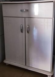 Armário branco de cozinha