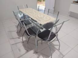 Mesa com tampo de vidro. 6 cadeiras