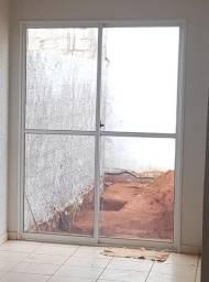 Porta de correr de vidro e alumínio