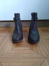 2 botas cano curto Vivaice (café / preta) tamanho 35.
