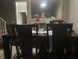 Mesa com 6 cadeiras de madeiras e meio  com detalhes  de vidro