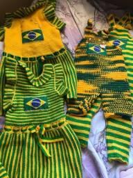 Roupinhas modelo Brasil em crochê para PETS