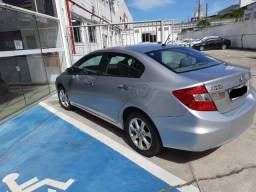 Honda Civic (Teto Solar) Carro de família.