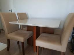 Mesa com 4 cadeiras em madeira com vidro por cima, excelente estado