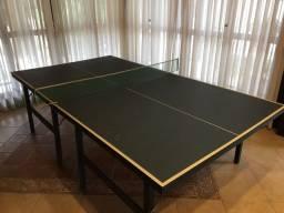 Mesa de tênis de mesa com raquetes e bolas