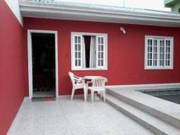 Casa com piscina e internet wifi a duas quadras e meia da Praia Central em Guaratuba/Pr