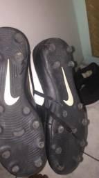 Chuteira Nike couro sintético