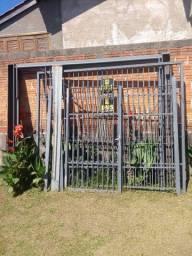 Portão com porta separada e grade