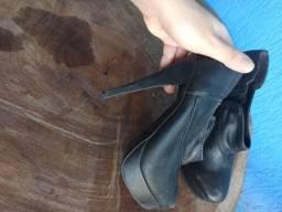 Botinha de couro número 35 (calça bem tbm 34)