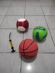 Bolas de futebol, basquete e vôlei.
