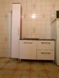 Um armário de cozinha pouco tempo de uso