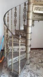 Título do anúncio: Escada caracol ferro fundido toda trabalhada em detalhes,
