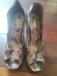 Título do anúncio: Sapato alto floral Tamanho 34