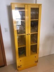 Cristaleira amarela em madeira