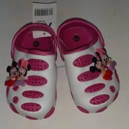 Título do anúncio: Sandália tipo CROCS Minie e Mickey Tam 24 nova