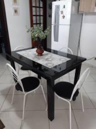 Mesa preta,com vidro em cima,e  4 cadeiras