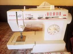 Maquina de costura bem concervada.