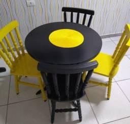 Mesa de madeira, com 04 cadeiras.