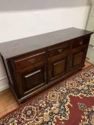 Buffet antigo em madeira maciça com portas e gavetas. Puxadores em bronze. Raridade!