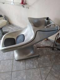 Uma cadeira e um lavatório