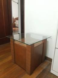Mesinha lateral de sofá (madeira com tampo de vidro)
