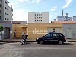 Casa com 3 dormitórios para alugar, 360 m² por R$ 2.200/mês - Santa Mônica - Uberlândia/MG