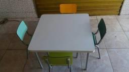 Mesa com 4 cadeiras escolares