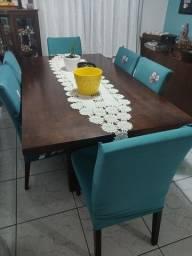 Mesa de jantar com as seis cadeiras