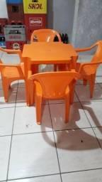 Conjunto de mesas com 4 cadeiras