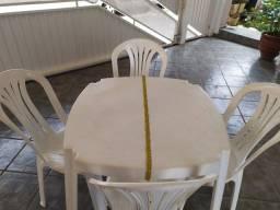 Mesa plastica com cadeiras. Medida 80x80, usado e em boa condição