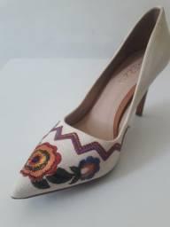 Título do anúncio: Sapato Feminino Sacapin Arezzo Salto Médio Bordado Floral