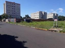 Título do anúncio: Terreno de esquina plano e vazio com 760m² no bairro Aviação em Araçatuba