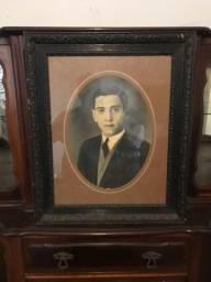 Retrato antigo anos 50 moldura em madeira nobre entalhada. Excelente estado de conservação