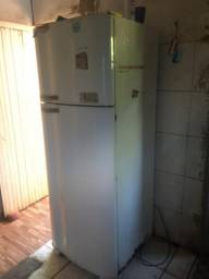 Vendo uma Geladeira 600 reais