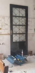 Porta de Ferro com abertura de vidro