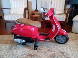 Moto Elétrica Infantil Vespa Primavera, Vermelha, Com Rodinhas de Apoio Lateral 12V