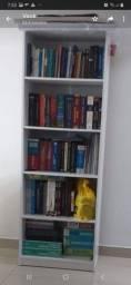Estante branca de livros em perfeito estado