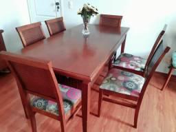 Conjunto Linda mesa em madeira com fino acabamento mais 6 cadeiras estofadas