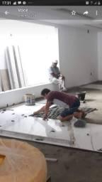Pedreiro empreiteiro do alicerce ao telhado